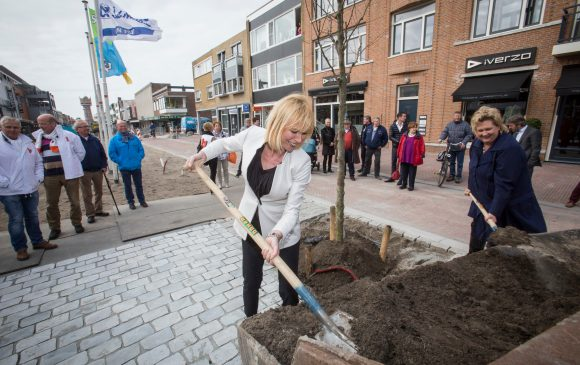 Wethouders planten eerste boom in de Beatrixstraat