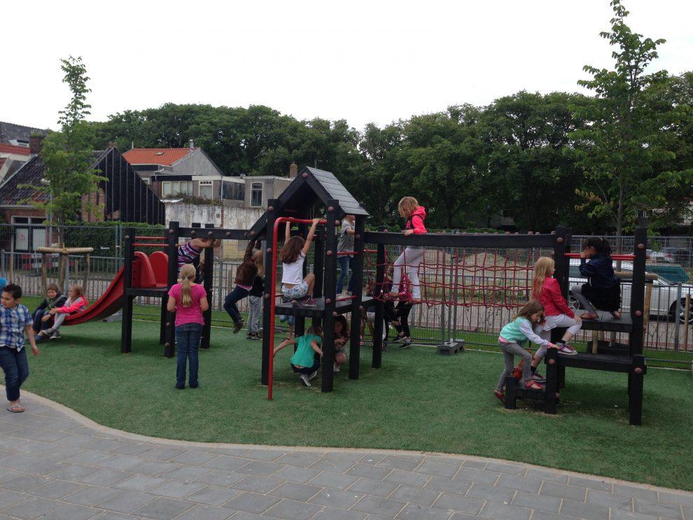 Nieuw aangelegde speelplein van de Thorbeckeschool