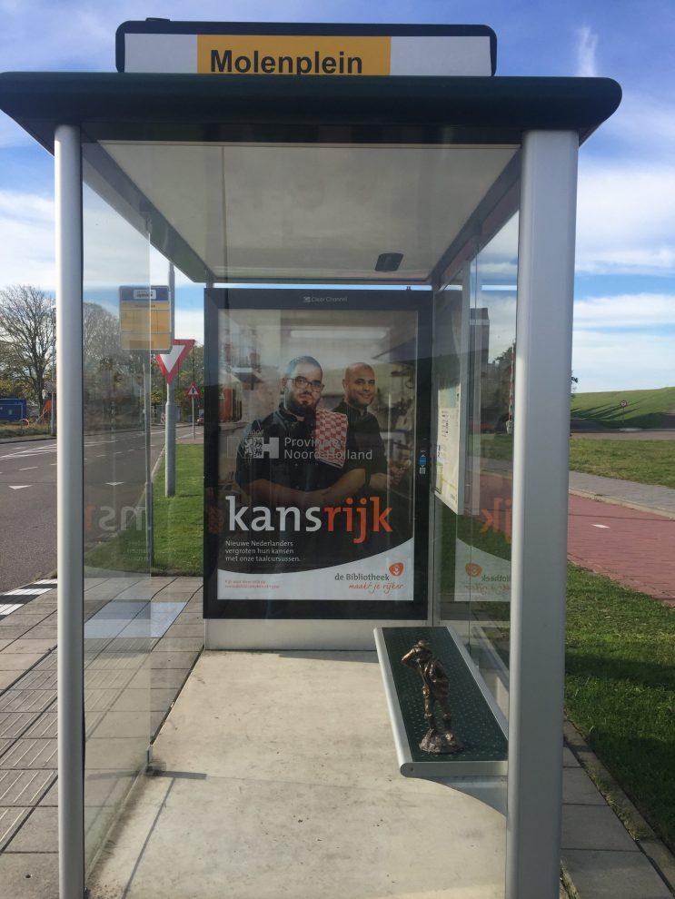 Jutter wacht op de bus