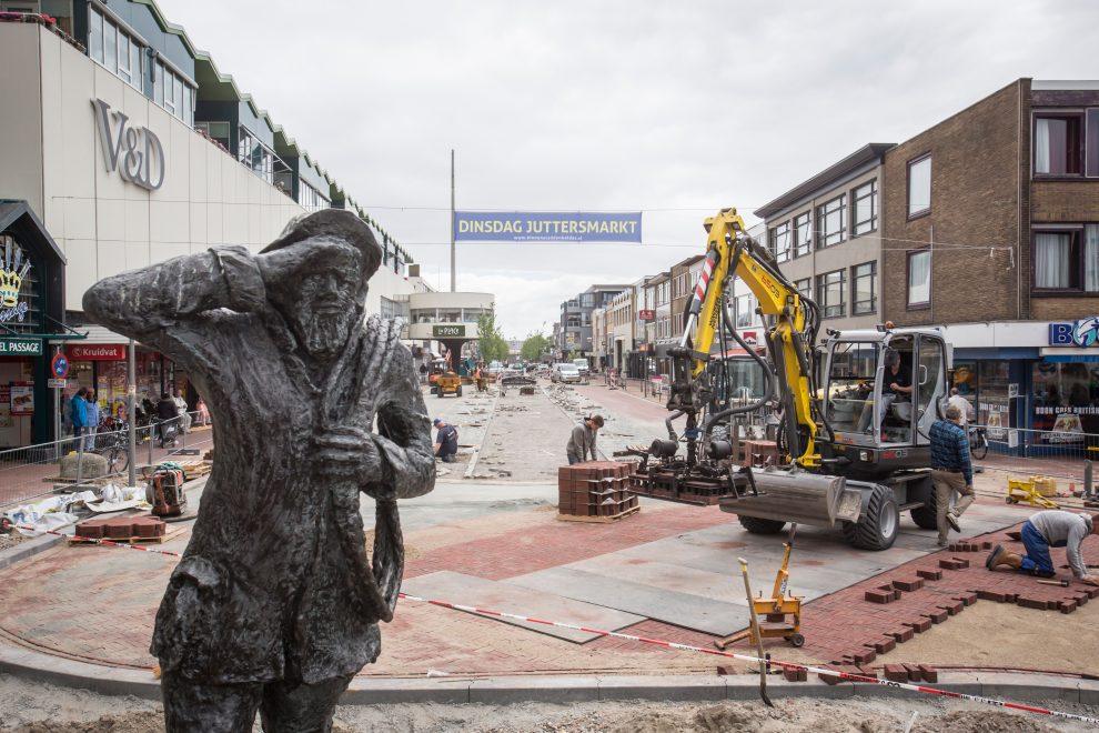 De Jutter houd toezicht tijdens werkzaamheden Beatrixstraat
